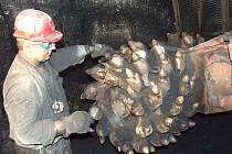 Havíř seřizuje hlavici nového důlního kombajnu.