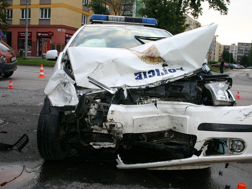 Nehoda clia se služební fabií karvinských strážníků.