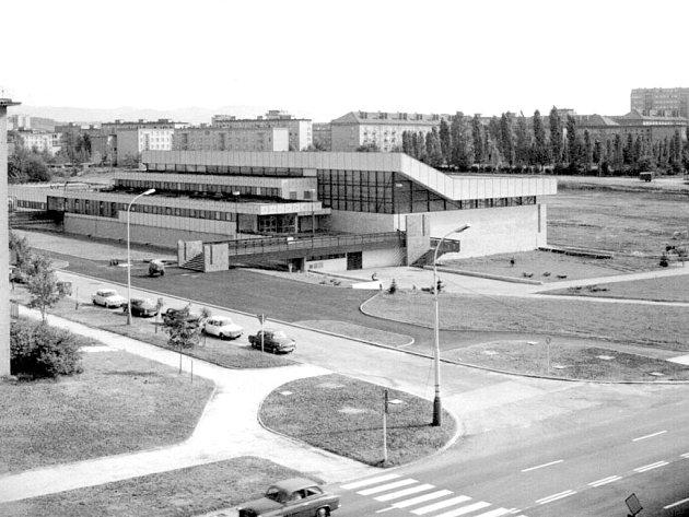 Snímek zachycuje sportovní halu v závěru sedmdesátých let minulého století.