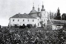 Minulost. Fara a kostel Prozřetelnosti Boží v Šenově před rokem 1881.