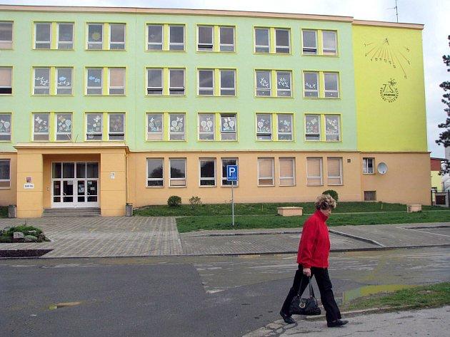 Zářící fasáda na Základní škole Dělnická v Karviné. Nějak takto by měly vypadat všechny základní a mateřské školy ve městě.