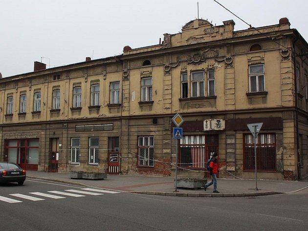 Více než 100 let starý dům má zmizet z náměstí. Povolí stavební úřad jeho demolici?