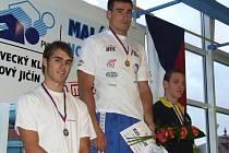 Havířovský plavec Ondřej Broda (uprostřed) dokázal vyhrát v Novém Jičíně dvě disciplíny.