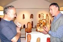 Stanislav Agner (vpravo) diskutuje v Maryčce s výtvarníkem Zdeňkem Heiserem o svých dřevěných dílech.
