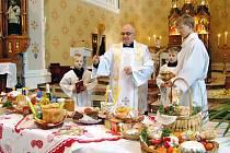 Stonavský farář Zbigniew Bukowski posvětil v kostele věřícím velikonoční jídlo.