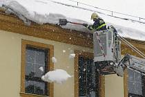 Úklid sněhu ze střech nemají hasiči v popisu práce. Pomohou však v akutních případech