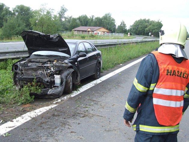 Havarovaný vůz zůstal v levé části vozovky.