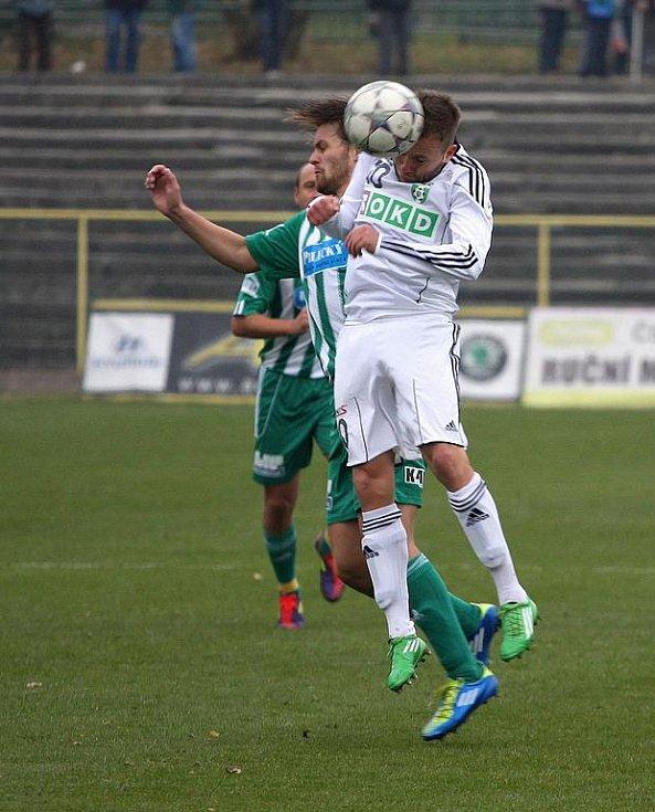 Karvinští fotbalisté (v bílém) se dotáhli na svého soupeře.