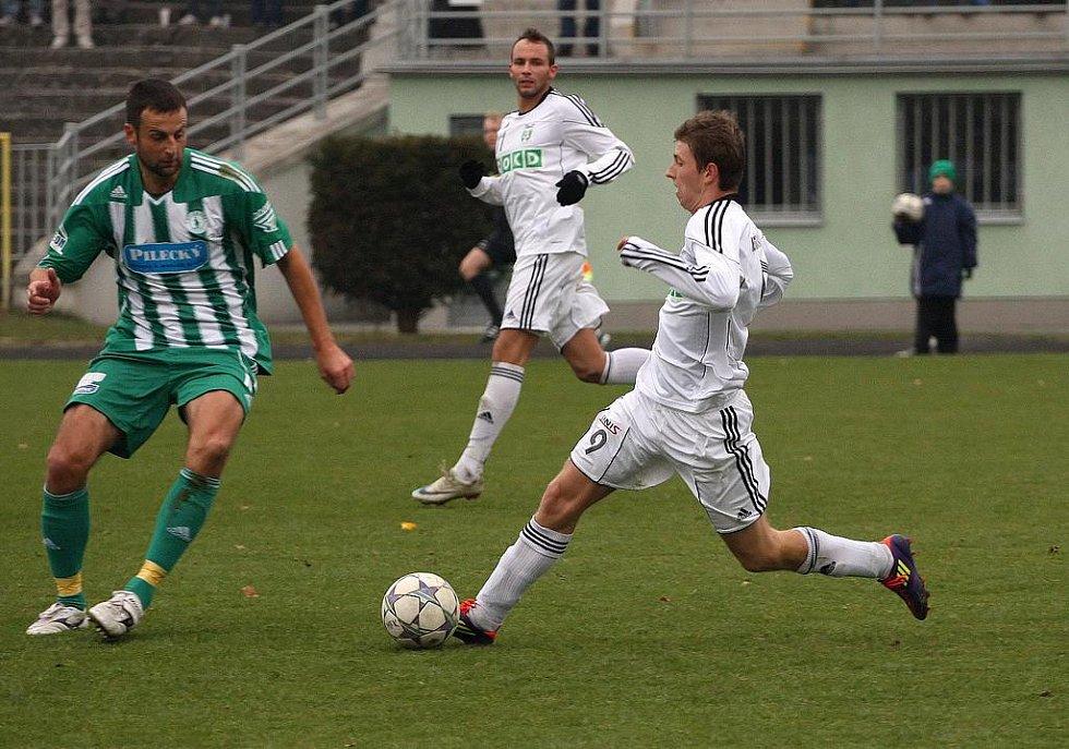 Lukáš Bartošák (v bílém) vede míč.