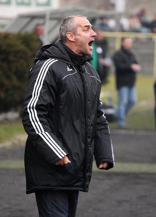 Trenér Karel Kula pokřikuje z lavičky.