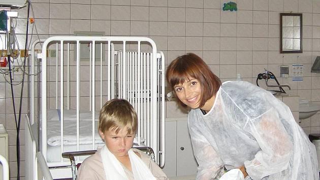 Herečka Ivana Jirešová s jedním z dětských pacientů havířovské nemocnice