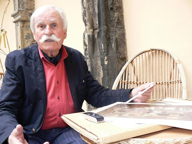 Ilustrátor Adolf Born na své výstavě v muzeu v polském Cieszynie