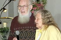 Tomáš Graumann se ženou při setkání v karvinském Komunitním centru Agape