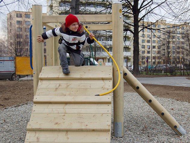 Děti si mohou hrát v areálu MŠ Žižkova.