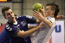 Hranický Pavlíček (vlevo) a karvinský Vančo v souboji o míč.