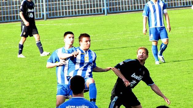 Fotbalisté Havířova (pruhované dresy) nastříleli v posledních třech domácích divizních zápasech osmnáct branek. Lískovec odjel s šestigólovým přídělem.