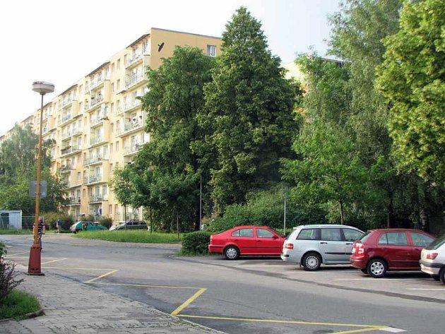 Současnost. Starou zástavbu nahradil sedmiposchoďový panelák v ulici Elišky Krásnohorské.