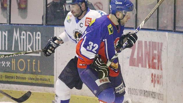 Martin Potočný (v bílém) a další orlovští hráči budou zítra bojovat na domácím ledě v Orlové proti Valašskému Meziříčí.