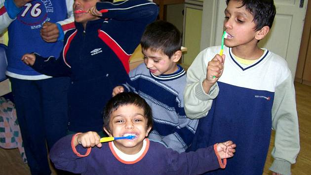 Bohumínské romské děti si snad poprvé v životě důkladně vyčistily zuby