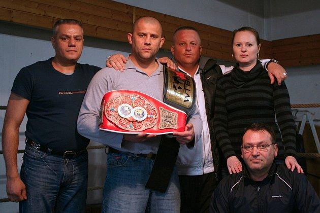 Boxer Pavol Polakovič se svým novým týmem a oběma pásy pro držitele mistra světa a Evropy.