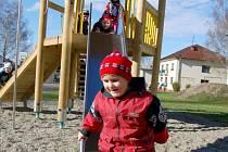 Děti z hořanského sídliště ve Stonavě si mohou hrát na novém hřišti.
