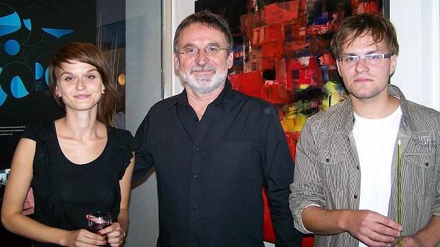 Architekt Karel Cieślar na vernisáži v divadle s dcerou Annou a synem Andrzejem.