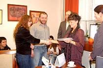 Předání finančního daru karvinských studentů pro školačku z Bohuslavic