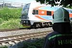 Hasič stojí u železniční tratě, kde došlo k usmrcení člověka.