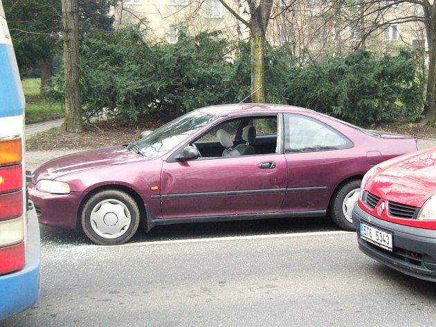 Mladíci poškodili auto v křižovatce a napadli jeho posádku