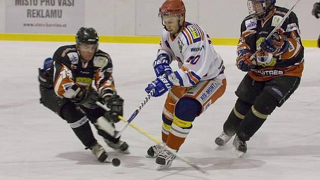 Karvinští hokejisté (v bílém) nezažívají letos povedenou sezonu.