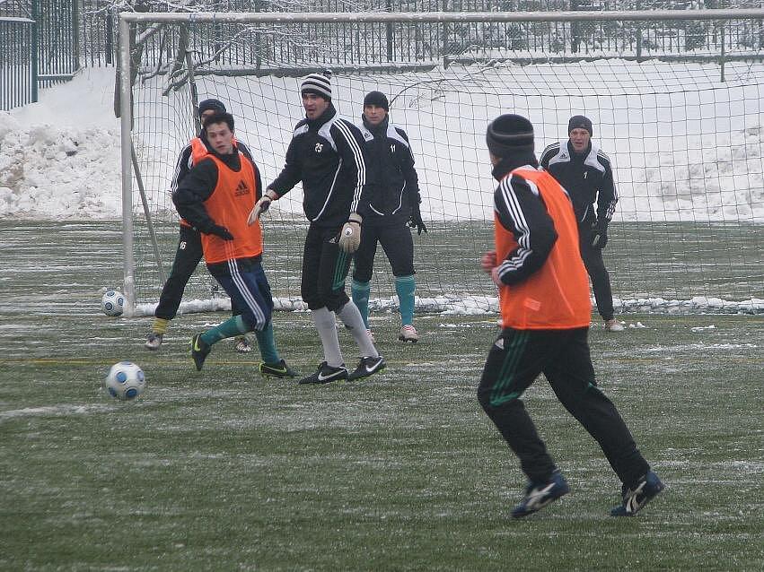 Fotbalisté MFK si na úvodním tréninku zahráli na dvě. Ode dneška již polykají koňské kondiční dávky.