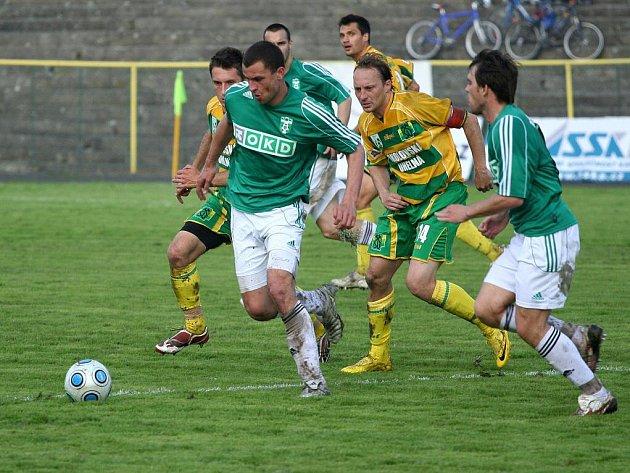 Fotbalisté Karviné (v zeleném) se rozešli se Sokolovem smírně 2:2.