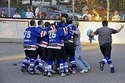 Mladší žáci karvinského Inteva - mistři republiky v hokejbale. Sestava trenéra Martina Paly se nechala po famózním úspěchu zvěčnit i s představiteli města Karviná.