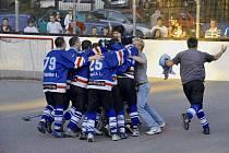 Radost karvinských hokejbalistů po rozhodující trefě Martina Kurze v prodloužení. Intevo postupuje znovu do baráže o extraligu.