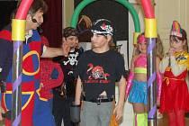Pěstounské děti se na nedělním karnevalu dobře bavily.
