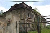 Zámek v Ropici je stále zchátralý, ačkoli se jeho nový majitel už dlouhé měsíce dušuje, že začne s jeho rekonstrukcí.