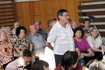 K soužití většinového obyvatelstva a romské menšiny se v Havířově vedly besedy s policií i vedením města. Na archivním snímku hovoří žena, která byla přepadena ve staré části Šumbarku.