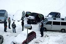 Policisté důkladně prohlédli osobní auto