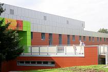 Hala má po rekonstrukci novou fasádu, která dodává sportovišti moderní vzhled.
