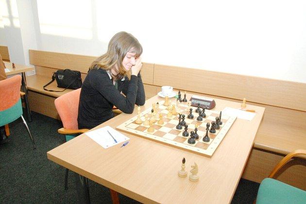 Karolína Olšarová se usmívá, vyhrála svou partii a Slavia se posunula na sedmé místo.