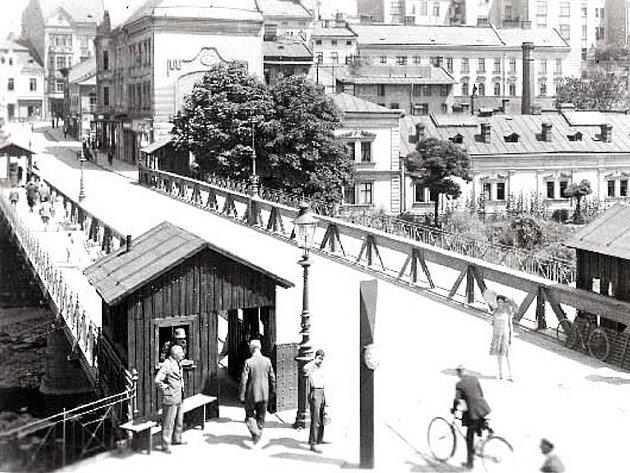 Dobová fotografie zachycuje Hlavní most v roce 1940.
