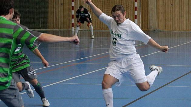 Sáloví fotbalisté Premia (bílé dresy) na domácím turnaji zabodovali. Zatím jsou v nejvyšší soutěži bez prohry.