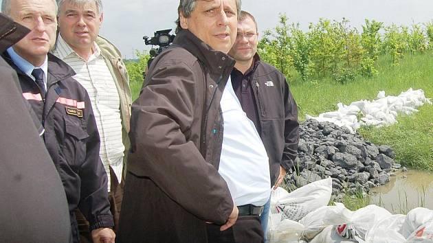 Premiér Jan Fischer navštívil v sobotu Karvinou. Do Darkova se přijel podívat na to, co zde napáchala v tomto týdnu voda.