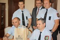 Ocenění strážníci karvinské městské policie s primátorem Tomášem Hanzlem.