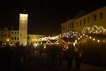 Na Masarykově náměstí v Karviné už svítí vánoční strom a začal vánoční jarmark