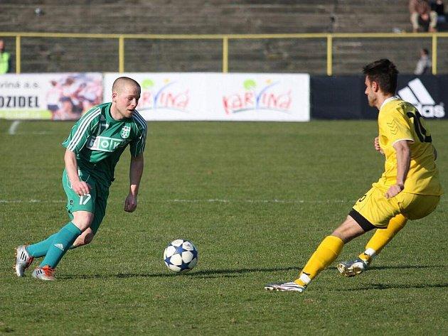 Ondřej Ficek (v zeleném) pomohl po přestávce společně s Eduardem Gajdošem rozhýbat hru Karviné.