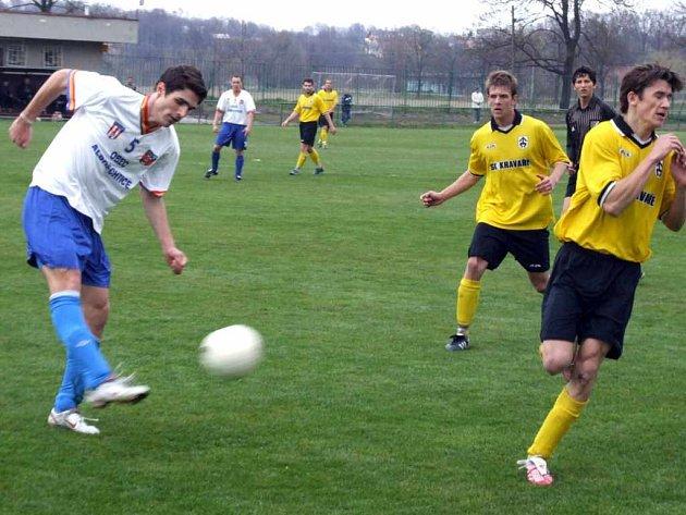 Fotbalisté Baníku Albrechtice budou hrát krajský přebor téměř ve stejném složení jako minulou sezonu v divizi. Zaječí úmysly má Marek Aniol (vlevo), který zkouší štěstí v Karviné.