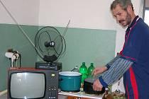 Pan Rostislav Náplava je v orlovské ubytovně pro bezdomovce zcela spokojen.