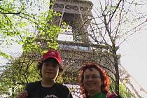 Klavírista Jakub Šotkovský se svou učitelkou Halinou Heinzovou pod symbolem Paříže.