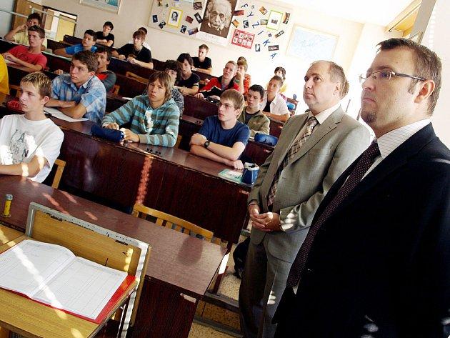 Náměstek karvinského primátora Petr Juras a náměstek hejtmana Moravskoslezského kraje Pavel Drobil (vpravo) při prohlídce výuky fyziky.
